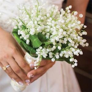 белые ландыши в руках невесты